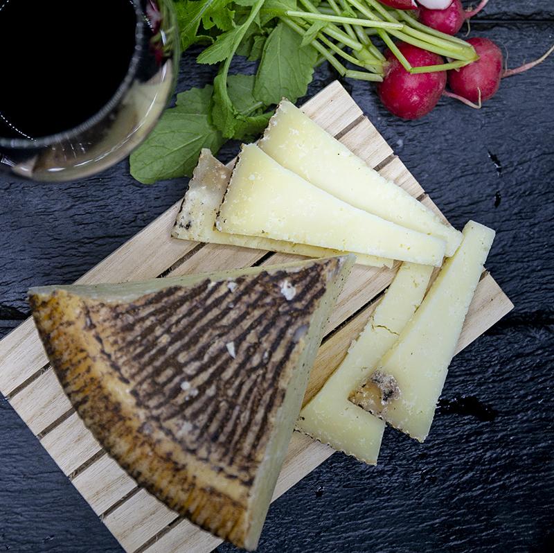 Pecorino semi stagionato con pepe nero in crosta
